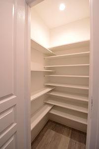 住宅施工事例。フランスメーカーの棚板で組み合わせたクローゼットは収納力の高さが自慢です。  