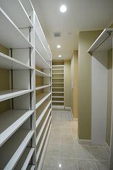 輸入住宅/住宅施工事例/大容量のシューズインクローゼット。フランスの既製品を組みあわせて思い通りの収納スペースを確保。