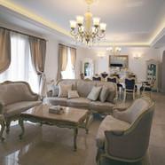 住宅施工例。大理石の床、漆喰壁、輸入家具と輸入照明がマッチした空間。