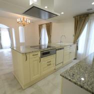 住宅施工例。良質な樫材を使ったフランス製キッチン