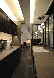 白と黒でシックにまとめたキッチン