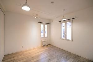 住宅施工事例。室内のカーテンレールはアイアン製。窓はEU製のドレーキップ窓で防犯ガラス付き。セキュリティ・断熱性・防音性も高く、エコで安心。