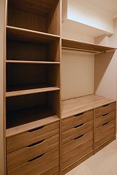 輸入住宅/住宅施工事例/フランス製の棚板とキャビネットを組み合わせた収納棚。