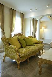 輸入住宅/住宅施工事例/イタリアの工房から取り寄せたソファ。張地から木製部分まで細かくオーダーできます。