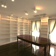住宅施工例。壁一面に本棚を設置した空間。