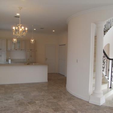 住宅施工例。円形の階段室を中心にしたフランスらしい間取り。。