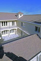 輸入住宅/住宅施工事例/フランス産粘土瓦をコの字に配した屋根。