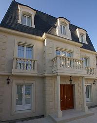 輸入住宅/住宅施工事例/パリ郊外に建つイル・ド・フランススタイル。外壁と外構にはイタリア産のライムストーン。