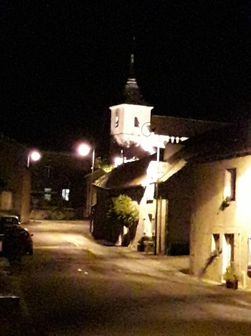 Montée du village de nuit
