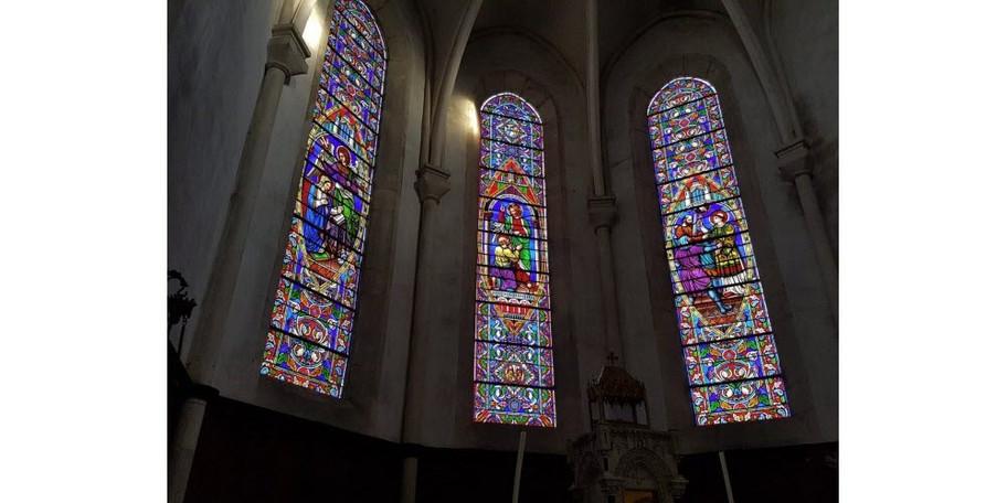 les-trois-vitraux-du-choeur-apportent-un