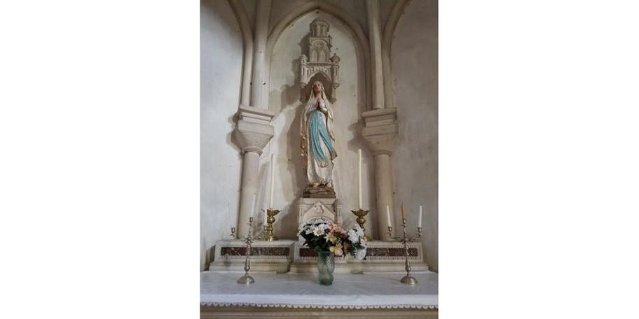 un-autel-lateral-est-dedie-a-notre-dame-