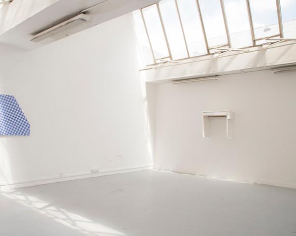 composition blanc sur blanc (desk), vues dans l'exposition Still life, 2019