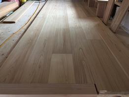 造作工事、無垢の杉の床板も張ってます。