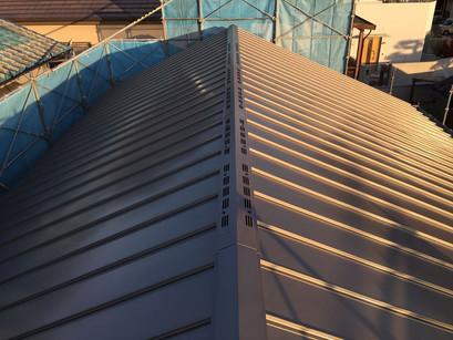 ガルバリウム鋼板立平葺き。屋根工事完了。