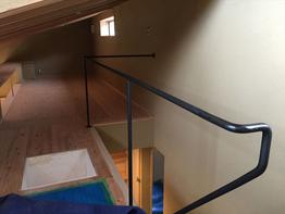 階段にアイアン丸棒の手摺設置。