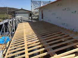 屋根や外壁の下地工事。耐力壁や通気層、大事な工程です。