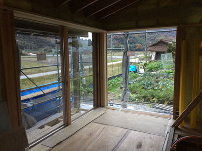 外部の木製建具が入りました。