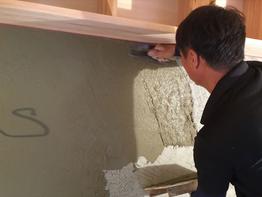 浅葱土の土壁、中塗り仕上げです。