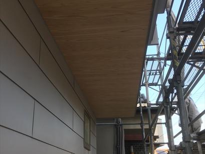 屋根ガルバリウム鋼板縦ハゼ葺き、外壁の板金、完成してます。