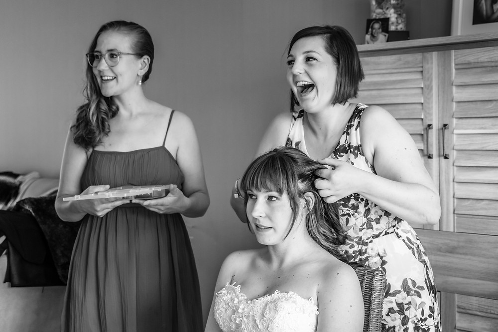trouwfotograaf, spontaan, hairstyling, voorbereiding, huwelijk, bruid, bruidsmeisjes