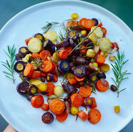 🥕🌈 Roasted rainbow carrots w onion + r