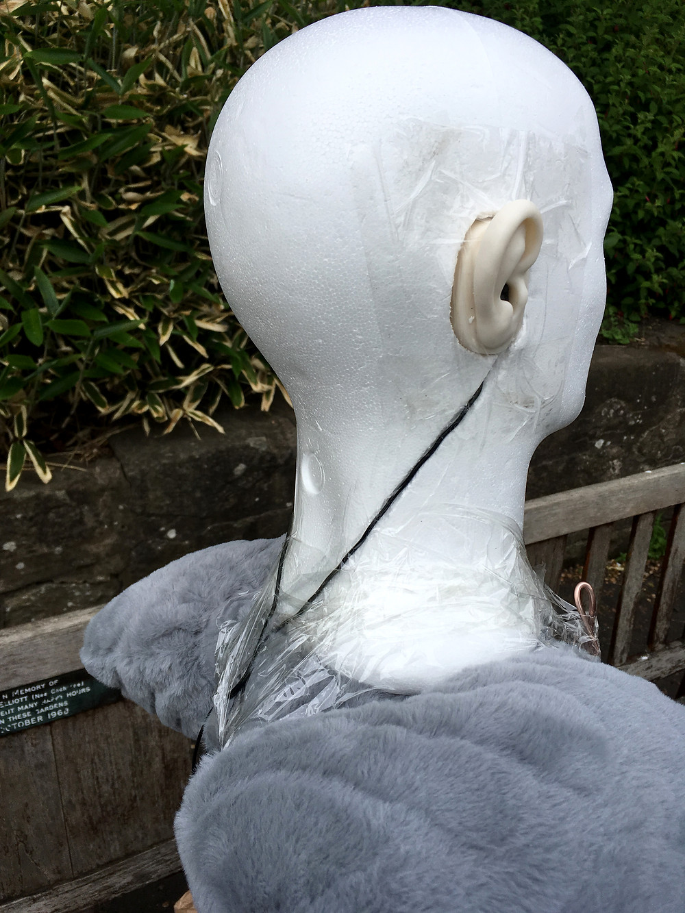 I also tried to emulate the sound absorption of an upper body by putting a pillow underneath the dummy head.
