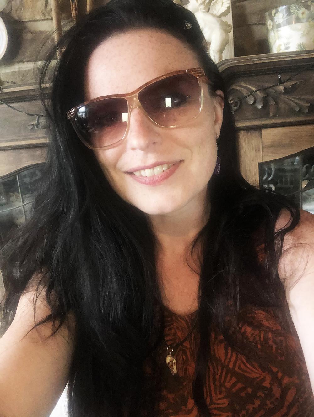 Photo de moi en train d'essayer une paire de lunettes de soleil... :p