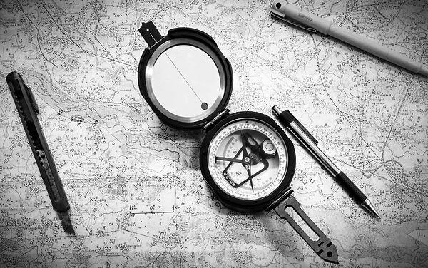 geologicka-mapa-s-brunto-kompasem-219757