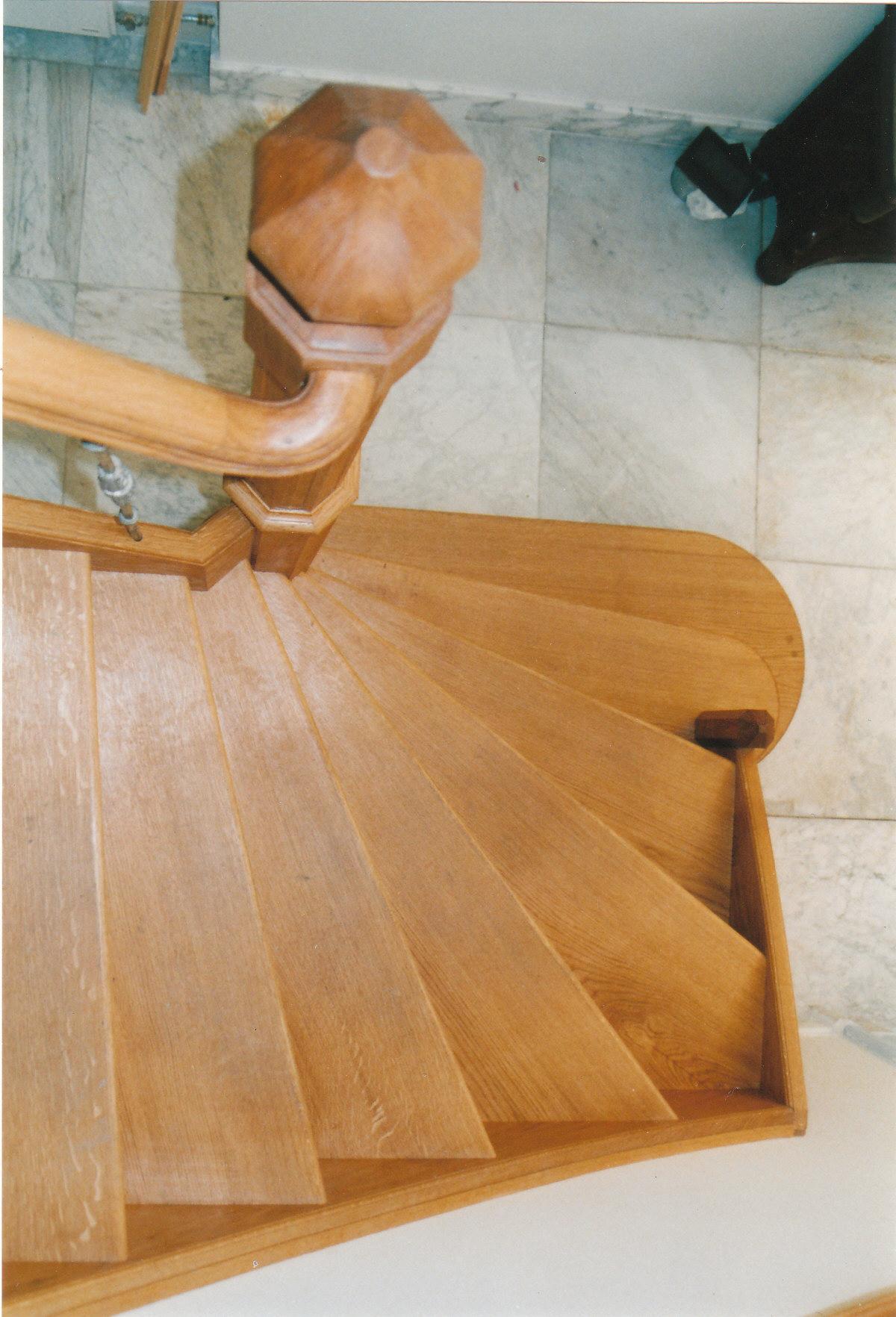 Eiken trap met ronde bloktrede