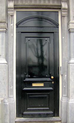 Nieuwe voordeur in klassieke stijl