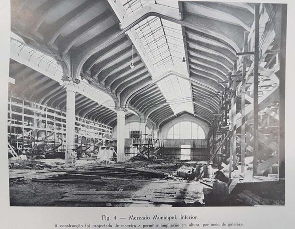 Mercado Municial, interior. A construção foi projetada de maneira a permitir ampliação em altura por meio de galerias.