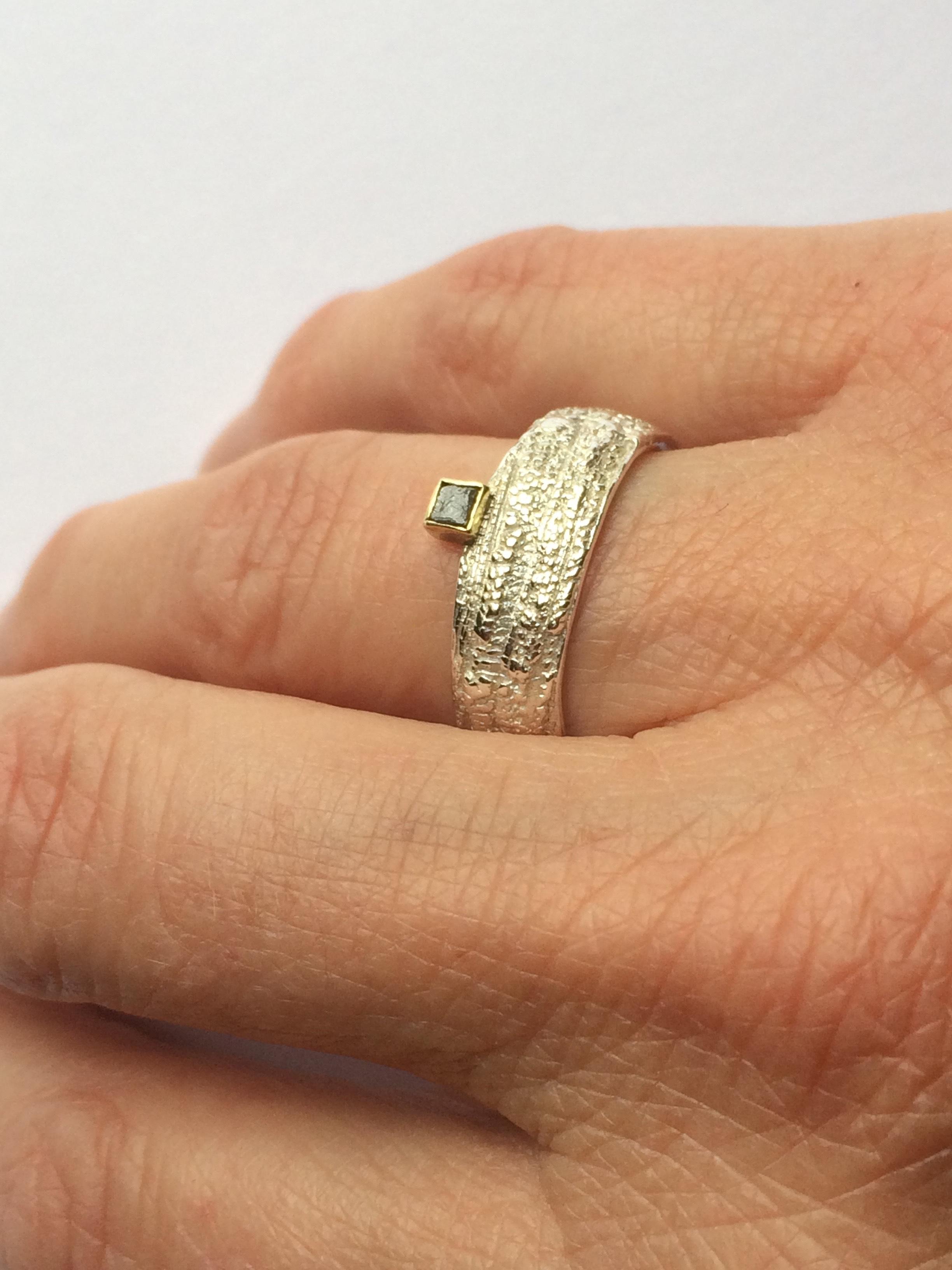 ring CM smal diamant gedragen