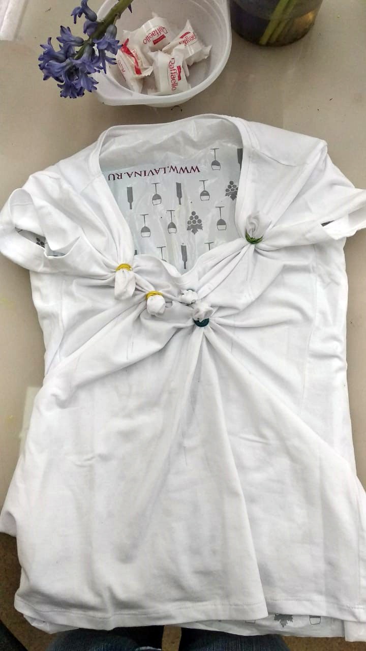 Завязываем резиночками участки ткани