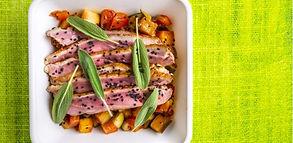 Idėja pietums: skubėti į restoraną neteks, kai savo pietų dėžutėje turėsite šių salotų su antiena