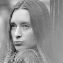 Evelina Paukštytė – išskirtine menine vaizduote pasižyminti autorė, savo kūryboje panaudojanti skirtingų dailės sričių patirtis.