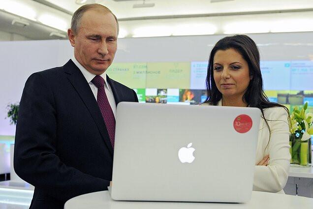 """Vladimiras Putinas ir Margarita Simonjan """"Russia Today"""" 10 metų sukakties renginyje, 2015 m."""