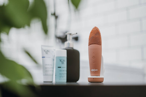 SoMeCare is a silicone facial brush for deep daily cleaning. It helps prevent breakouts, blackheads, firm & tone the skin. Being made of high-quality food-grade silicone, it is odour-resistant, hypoallergenic and totally waterproof which is suitable for all skin types, even for sensitive skin.