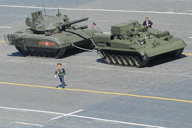 """T-14 """"Armata"""" tankų gamintojas """"Uralvagonzavod"""" skęsta skolose ir mažina darbuotojams atlyginimus"""