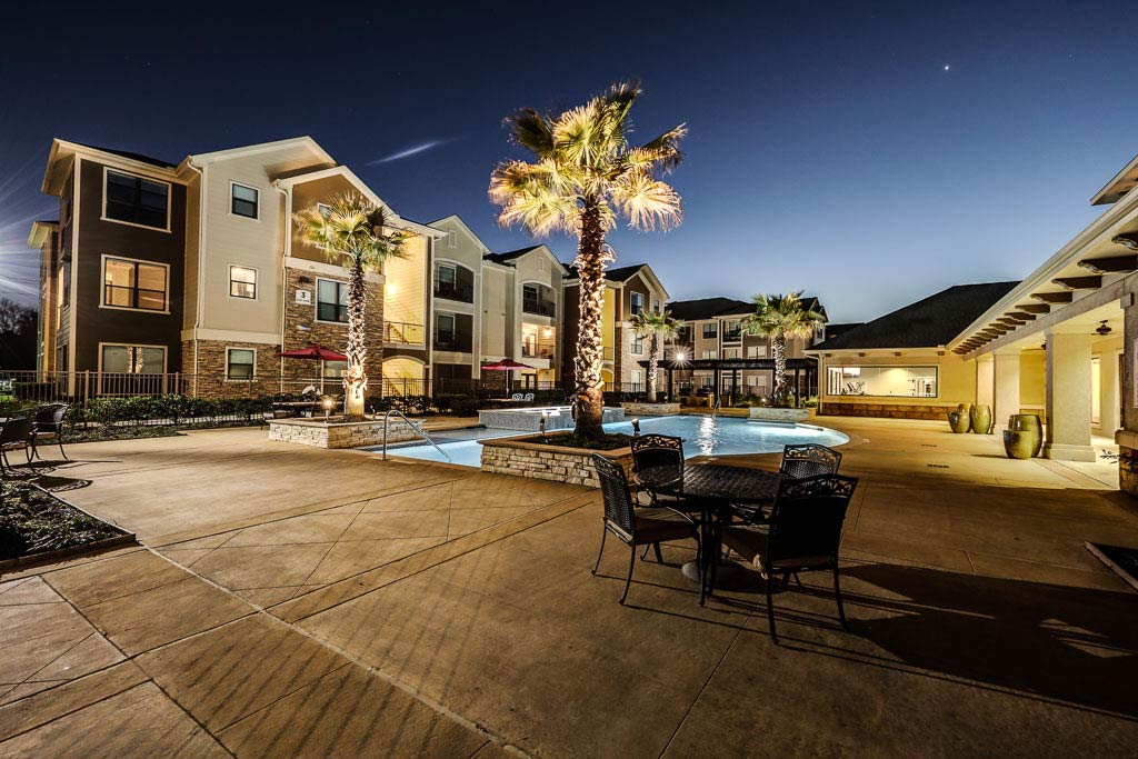 the-oaks-at-northpointe-pool-at-dusk