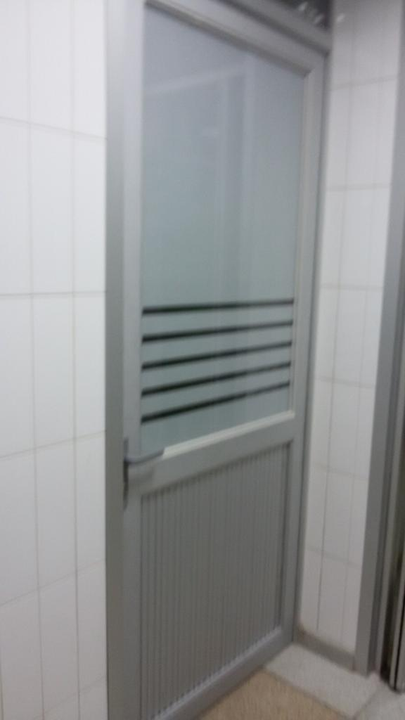 Puerta de Aluminio Mate con Filtro