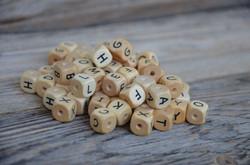 geprägte Buchstabenperlen/Holz