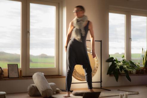 Utydelig AM danser foran gong.jpg