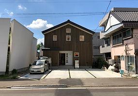5番 北側のアプローチは青森県産杉板の外壁で覆われた仕様。切妻の屋根で家らしいフ