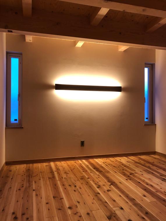 コーニス照明がある寝室