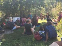 Hof Koude training in het gras met muzie