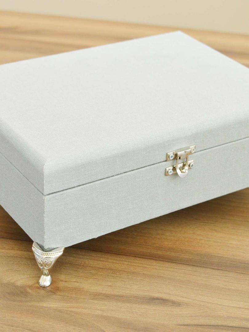 Caixa de tecido cinza fechada