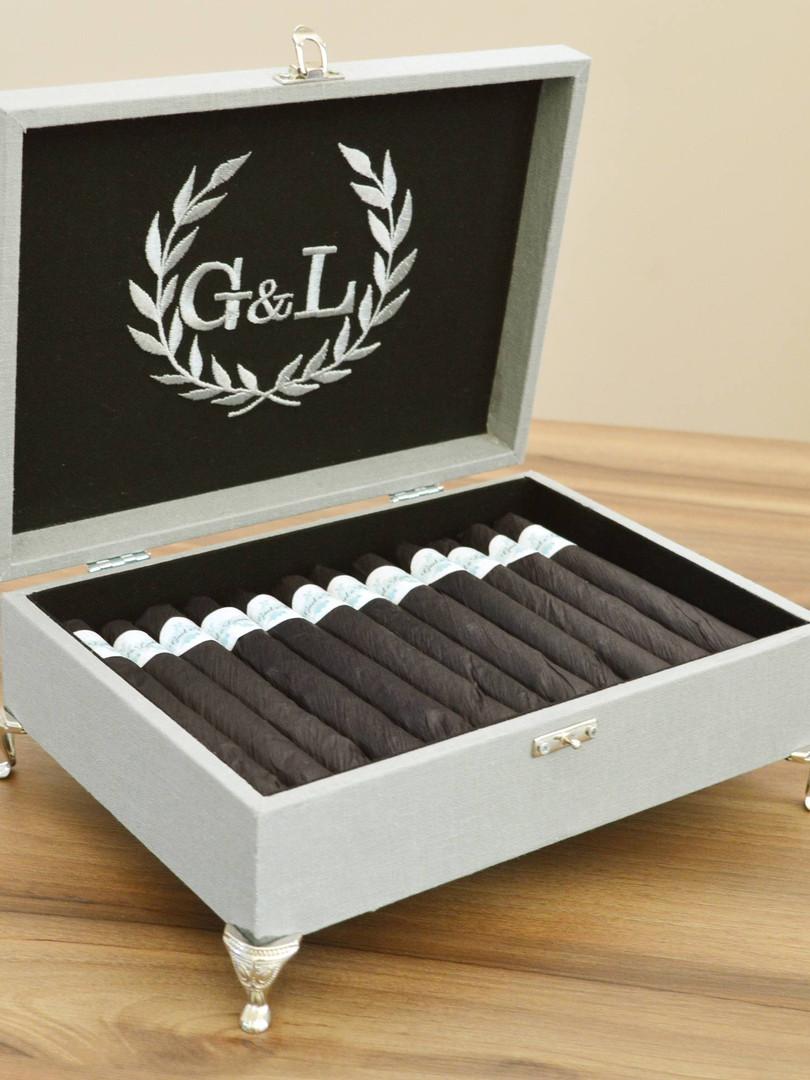 Caixa de tecido cinza e preta com o bordado cinza