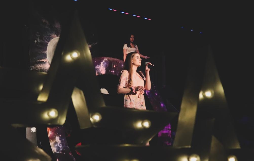 Nina_singt_bei_der_Show_der_High_School_