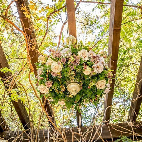 Floral chandelier under the pergola _wil