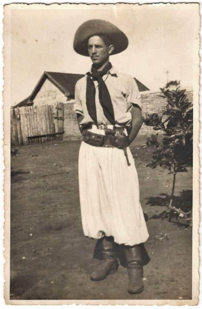 Esta era a endumentária típica de um peão de boiadeiro das comitivas paulistas de transporte de boiada da primeira metade do século XX